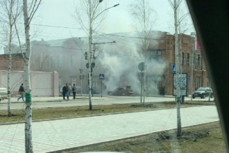 В центре Барнаула загорелся автомобиль Мерседес-Бенз на проспекте Ленина