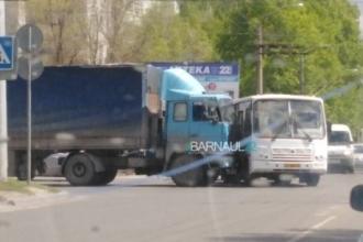 В Барнауле столкнулись фура и автобус