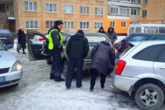 В Барнауле пьяный таксист застрял в сугробе, а после попал в ДТП