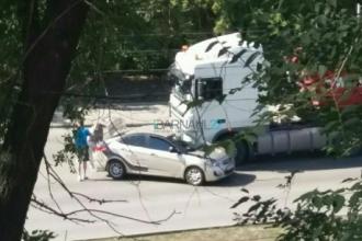 В Барнауле столкнулись грузовик и учебный автомобиль