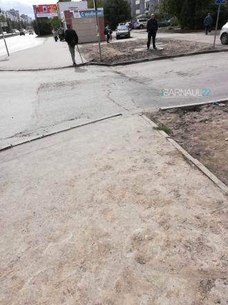 На оживленном перекрестке в Барнауле проваливается асфальт