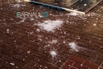 В Барнауле на тротуар рухнул кусок льда