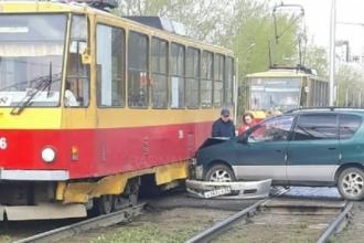 В Барнауле столкнулись трамвай и легковой автомобиль