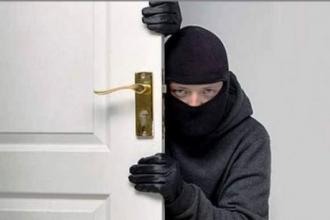 Житель Барнаула ночью из офиса украл сумочку с деньгами