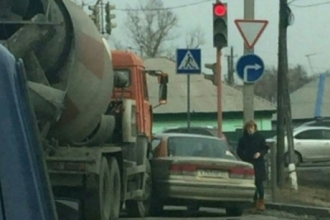 В Барнауле столкнулись бетономешалка и легковушка