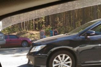 В Барнауле после аварии машина слетела в кювет