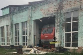 Тепловоз в Барнауле протаранил стену депо