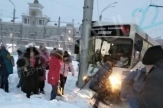 В Барнауле произошло серьезное ДТП с участием пассажирского автобуса