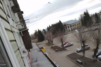 Житель Бийска упал с пятого этажа, спускаясь по самодельной веревке