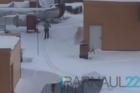 На крыше торгового центра в Барнауле мужчина обустроил лыжню