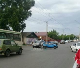 В Барнауле в столб влетела легковушка