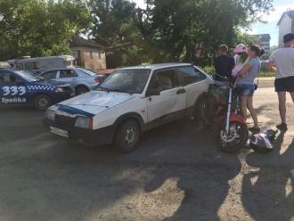 В Бийске столкнулись автомобиль и мотоцикл
