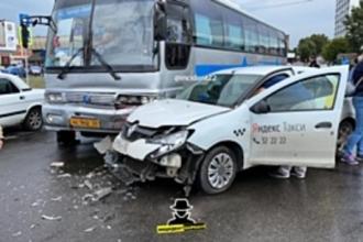 Междугородний автобус попал в ДТП в Барнауле