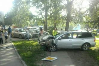 В Барнауле автомобиль протаранил дом