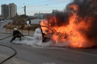 В Барнауле загорелся автомобиль Рено Логан