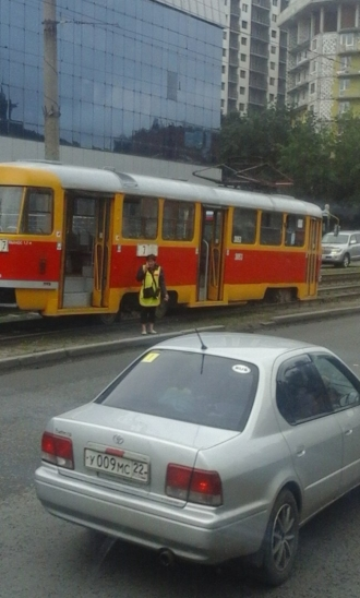 В центре Барнаула с рельсов сошел трамвай