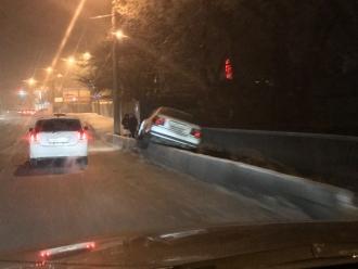 В Барнауле на мосту автомобиль заехал на бордюр