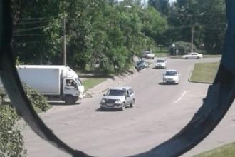 В Новоалтайске автомобиль провалился в ливневку