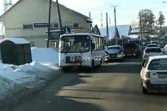 В Барнауле столкнулись автобус и иномарка