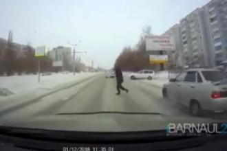 В Сети появилось видео момента наезда машины на пешехода в Барнауле