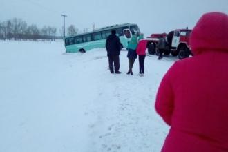 В Алтайском крае с трассы слетел пассажирский автобус