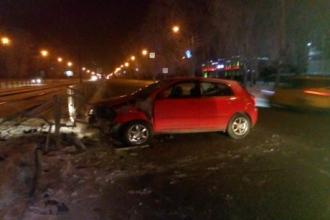 В Барнауле пьяный водитель протаранил бордюр