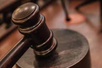 Жителя Барнаула через суд обязали выплачивать своей матери алименты