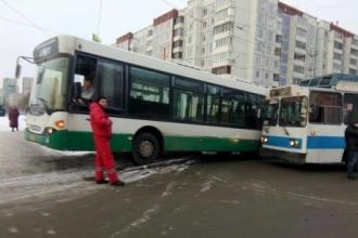 В Барнауле столкнулись троллейбус и пассажирский автобус