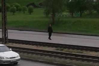 В Барнауле по дороге бегал агрессивный мужчина