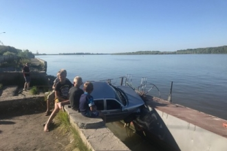 В Алтайском крае водитель протаранил набережную Оби