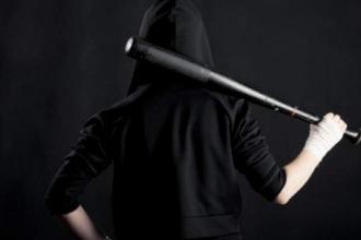Продавщица с помощью биты дала отпор грабителю