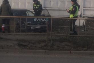 В Барнауле на тротуар вылетела иномарка