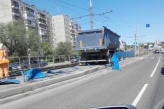 В Барнауле грузовик протаранил трамвайные ограждения