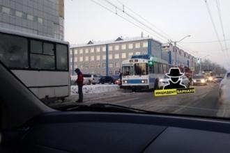 4 декабря в Барнауле столкнулся автобус и троллейбус