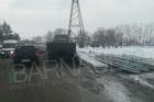 В Барнауле из грузовика посыпались бетонные плиты
