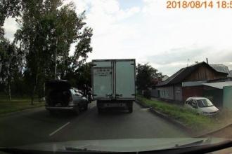 Авария с участием трех автомобилей произошла в Барнауле