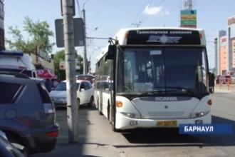 Водитель и кондуктор около часа удерживали в автобусе пенсионерку