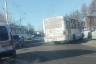 В Барнауле столкнулись легковушка и автобус