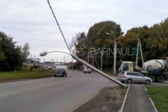 В Барнауле на проводах повис столб