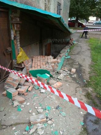 В Барнауле машина снесла вход в подвал жилого дома