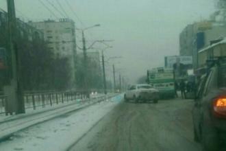 В Барнауле столкнулись автобус и легковушка