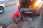 Водители Барнаула начали самостоятельно ремонтировать старый мост