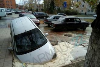 В центре Барнаула провалилась машина