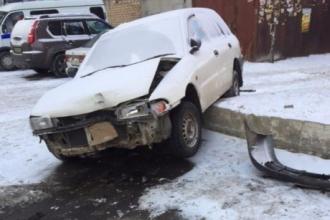Во дворе в центре Барнаула произошло странное ДТП