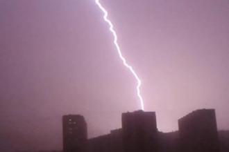 В Интернете есть видео, в котором видно, как молния обесточила Барнаул