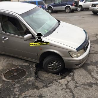 В центре Барнаула под колесами авто провалился асфальт