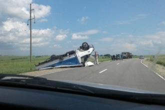На трассе Алтайского края перевернулся грузовик