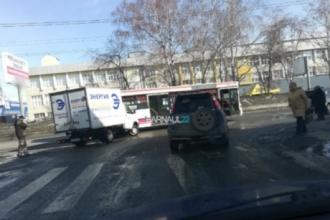 В Барнауле грузовая ГАЗЕЛЬ врезалась в автобус