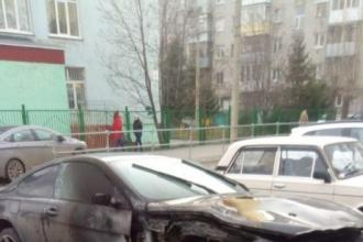 В Барнауле огонь уничтожил БМВ