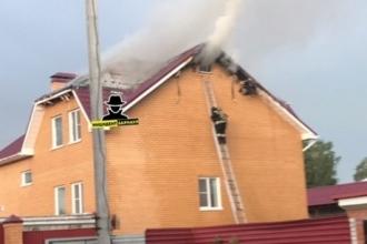 В Барнауле от удара молнии загорелся дом